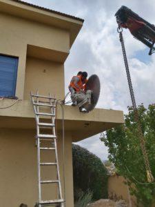 ניסור מרפסת בטון עם מנוף