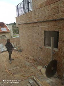 הרחבת חלון לדלת בקיר בטון